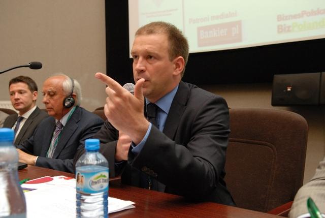 """Antoni Bielewicz z """"Harvard Business Review Polska"""" podczas moderowania dyskusji"""