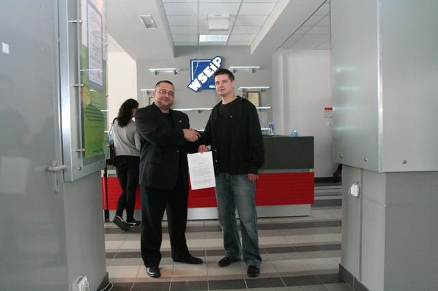 Maciej Maciejewski i Michał Barański podpisują umowę o współpracy