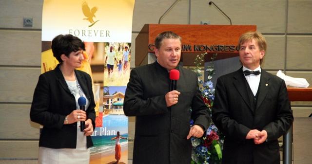 Od lewej stoją: Ewa Wiśniewska, Jacek Kandefer, Janusz Wiśniewski