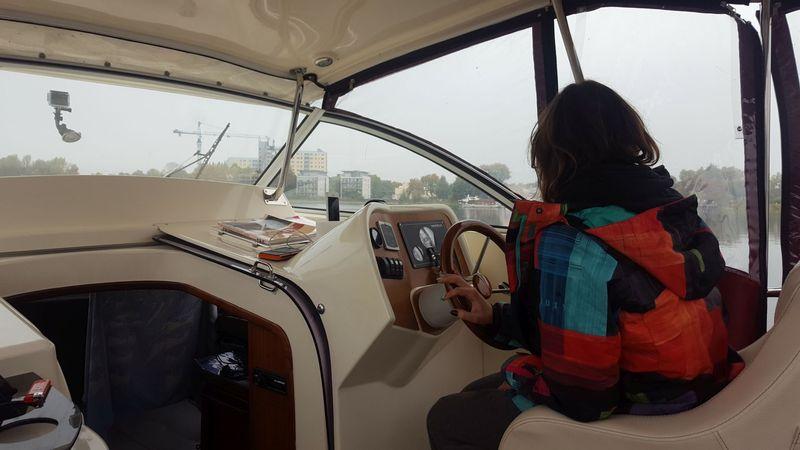 Za sterami spacerowego jachtu motorowego, Fot. Cruzeo